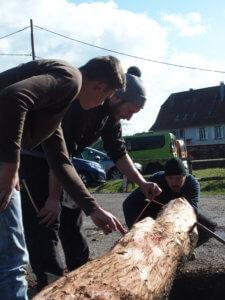 Mathéo un jeune menuisier et Florent, apprenti forgeron, découvrent le piquage